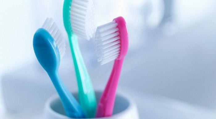 Чистить зубы можно только своей зубной щеткой.