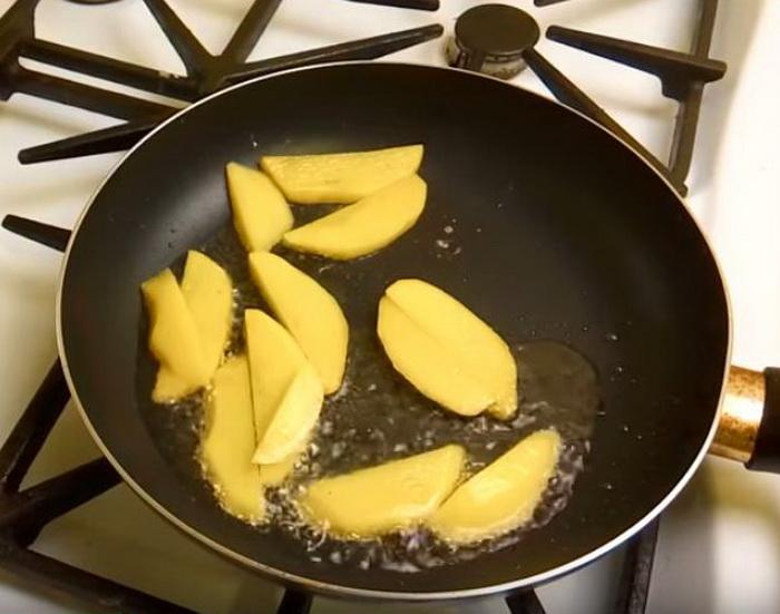 Обжариваем картошку до золотистой корочки.