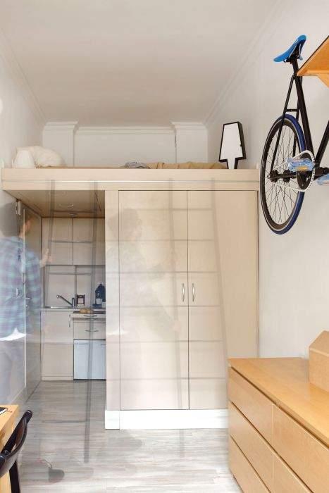 Полноценное спальное место над шкафом.