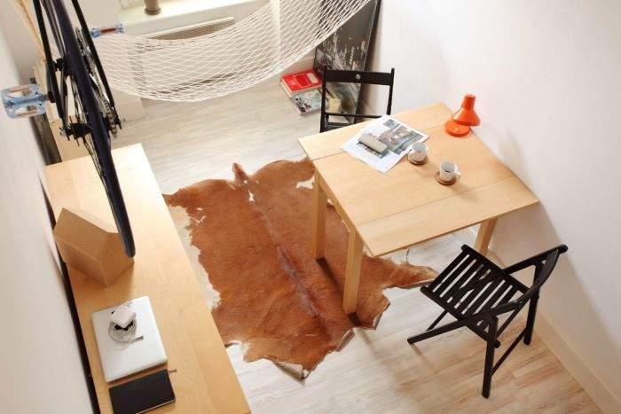 Раскладной стол и стулья.