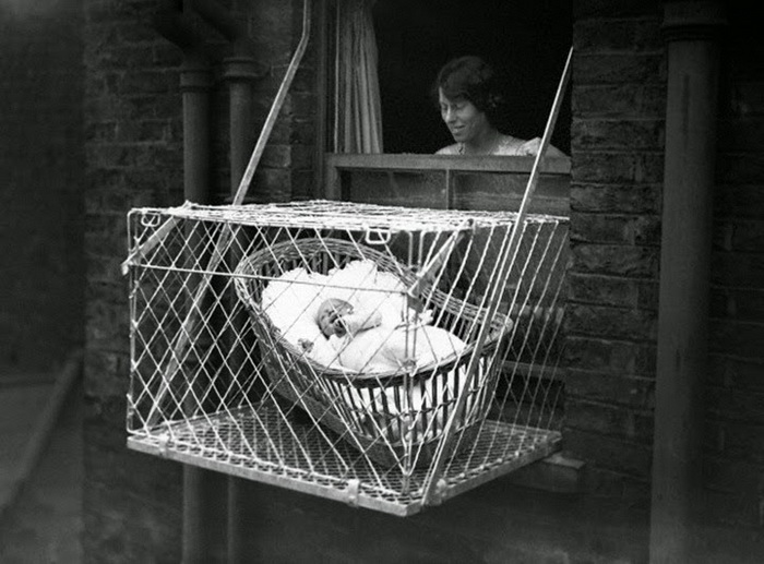 Мамы без страха оставляли малышей за окном.