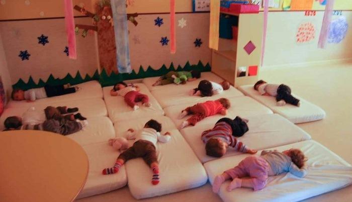 Дети спят не в кроватках, а на матрасах.