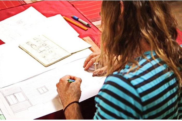 Джоэл Вербер работает над проектом дома.