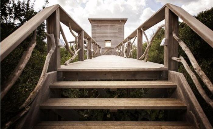 Деревянный мост, который соединяет башню с домом.