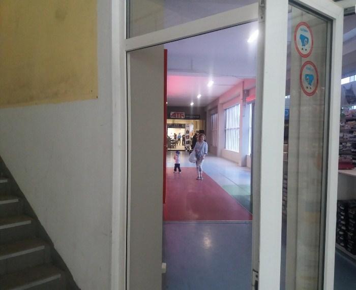 Не все двери хорошо заметны и освещены надлежащим образом.