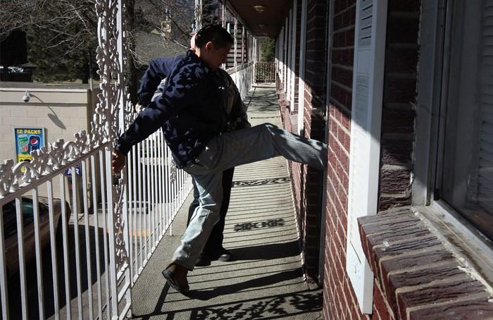 По одной из версий, дверь, которая открывается вовнутрь, легче выломать.