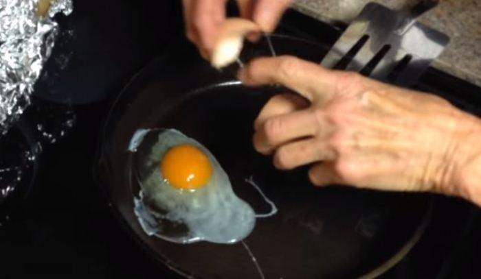 Разноцветная яичница-глазунья.