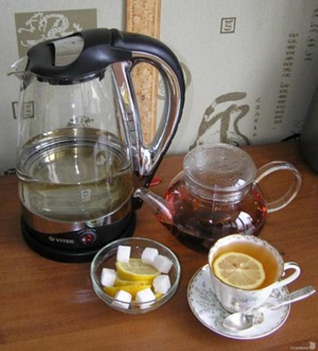 Прозрачный чайник удобен в использовании.