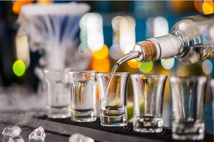 Крепкие алкогольные напитки можно хранить годами.