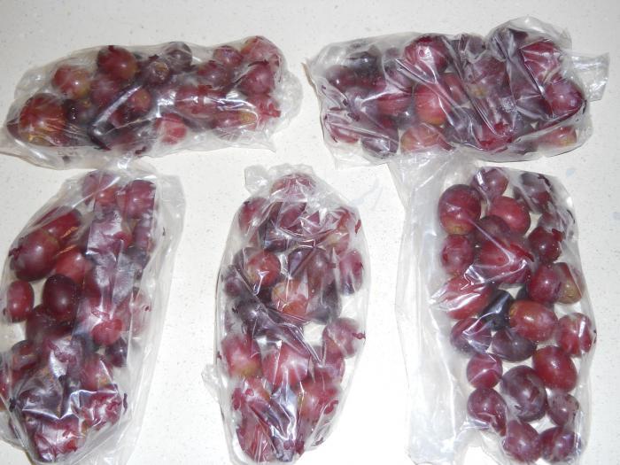 Замороженный виноград используется в качестве альтернативы кубикам льда.