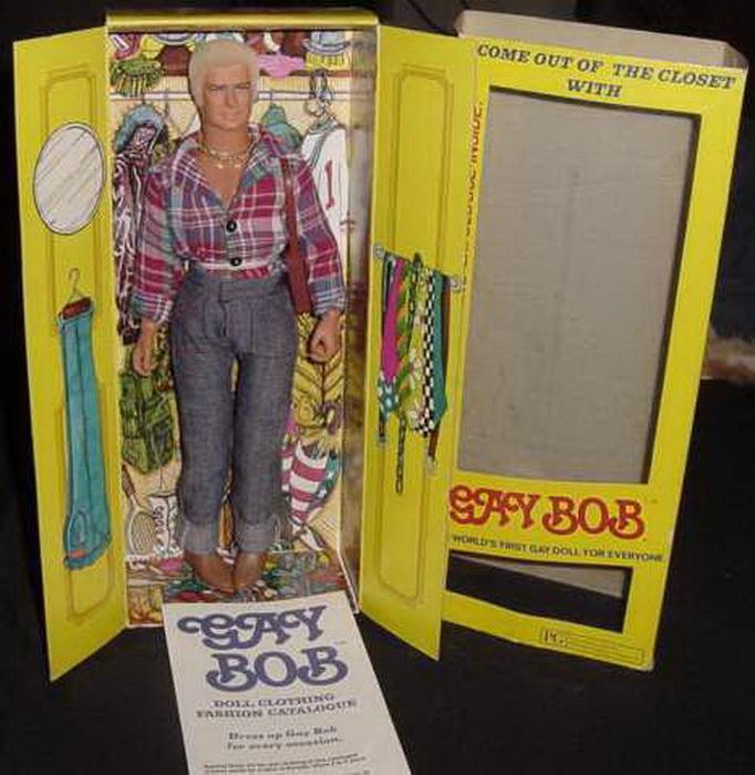 Гей Боб был упакован в коробку, стилизованную под платяной шкаф.