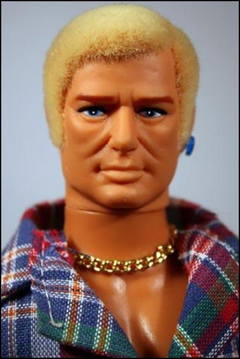 Гей Боб во фланелевой рубашке и с серьгой в ухе.