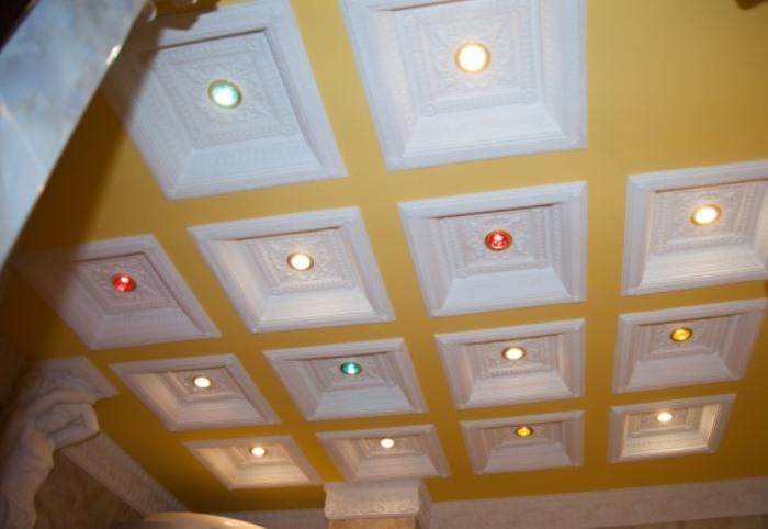 Потолок с лепниной в туалете.