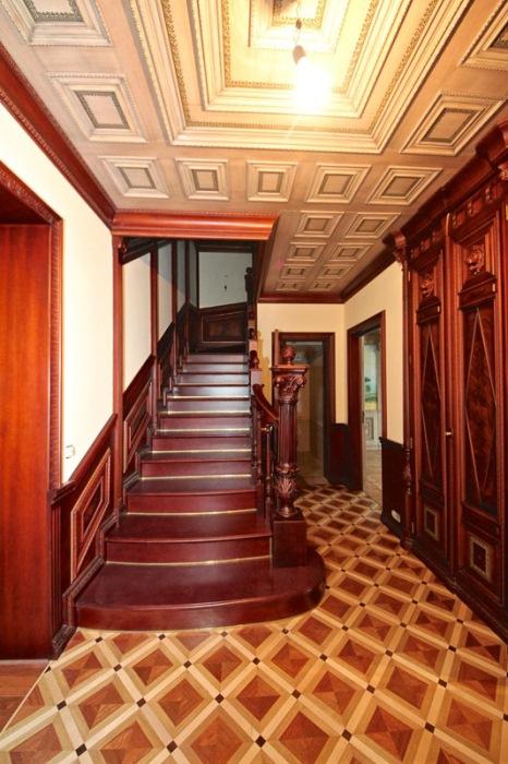 Деревянная лестница на второй этаж.