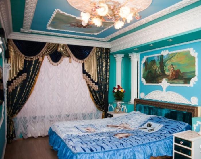 Синяя спальня: ламбрекены, колонны и роспись на стенах.