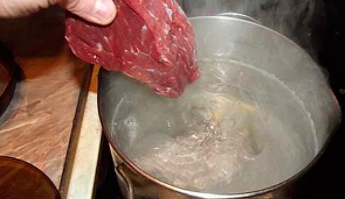 Закладывайте мясо в кипящую воду. |Фото: violet-lady.ru
