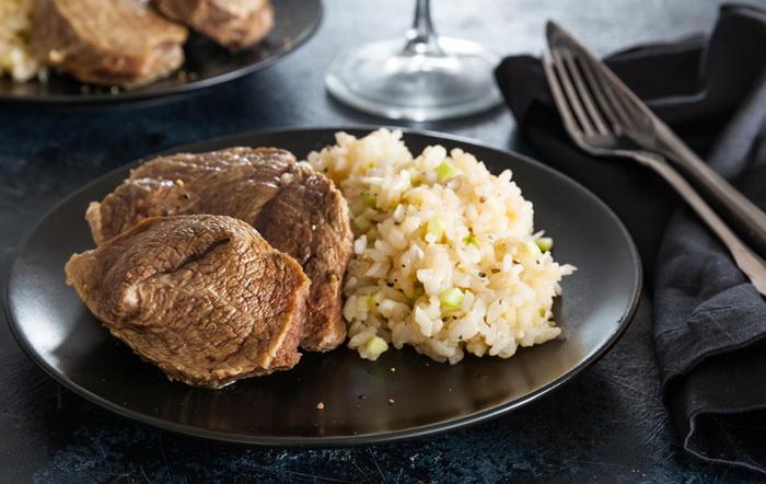 Подавайте отварное мясо с овощами или гарниром. |Фото: gastronom.ru
