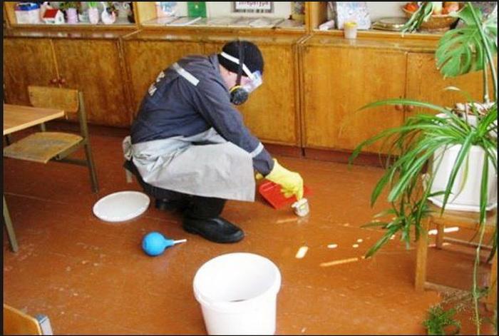 Сотрудники МЧС или службы демеркуризации проведут полноценную уборку остатков ртути.