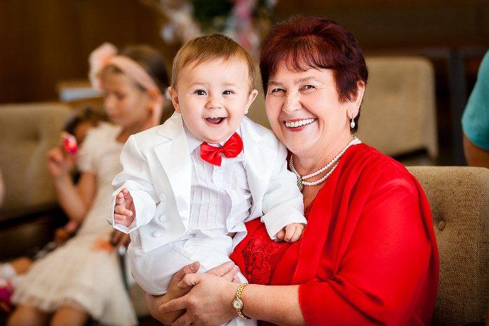 Бабушки так часто заменяют маму для ребенка.