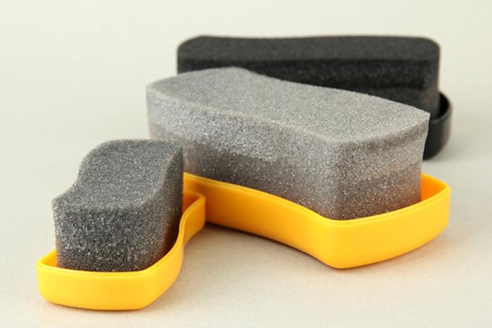 Поролоновая губка для чистки изделий из замши.