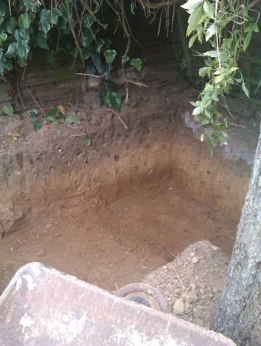 Яму для подземного дома вырыли вручную.
