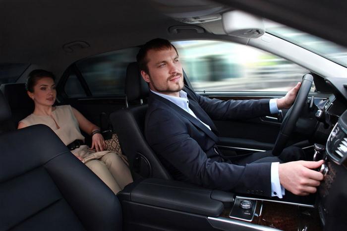 Авто с персональным водителем - знак того, что от постояльца можно получить хорошие чаевые.