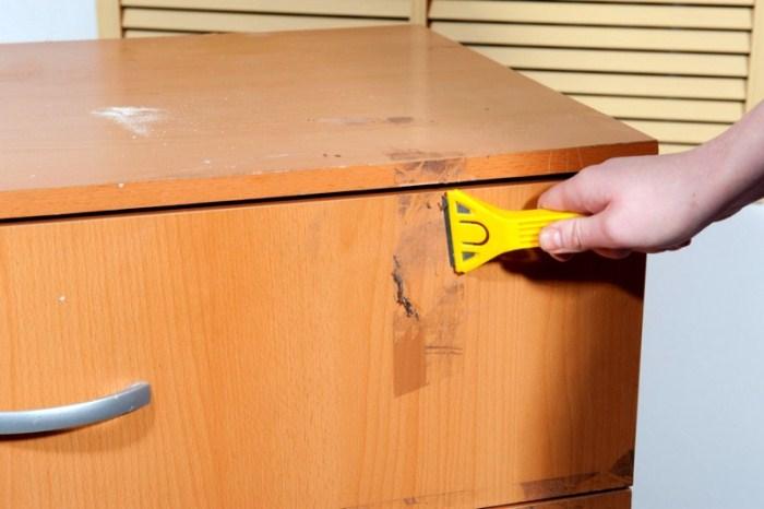 Как удалить след от скотча с мебели, не повредив ее.