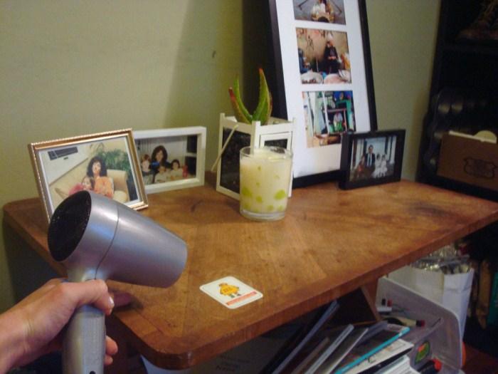 Удаление наклеек с мебели при помощи фена.