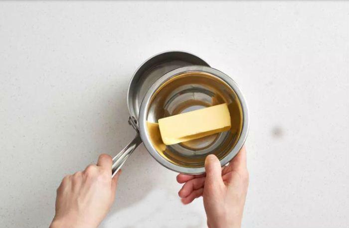 Размягчить масло на паровой бане.
