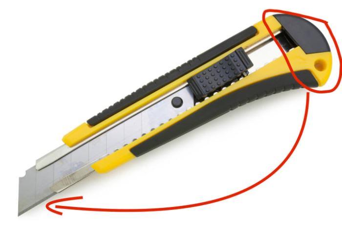 Как безопасно отломать кусочек лезвия на канцелярском ноже.