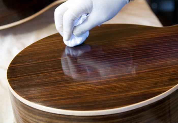 Полировка мебели при помощи соли и подсолнечного масла.