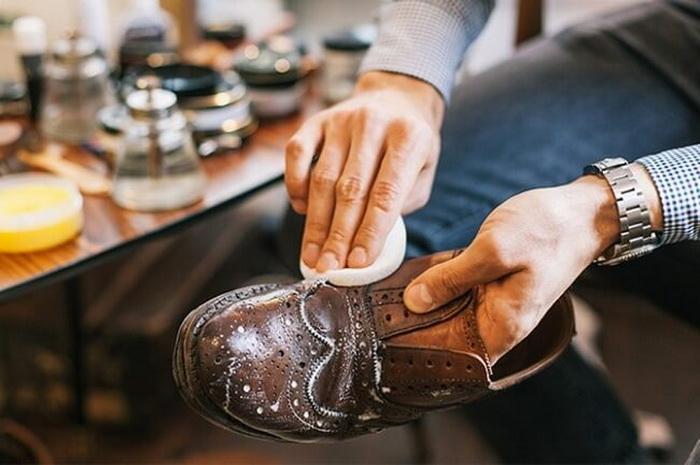 Масло для ухода за кожаной обувью.