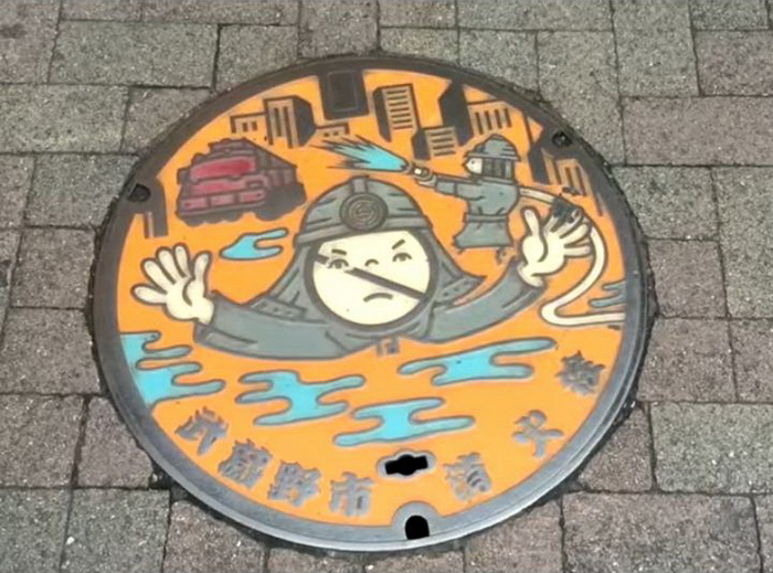 Оригинальные крышки для канализационных люков.