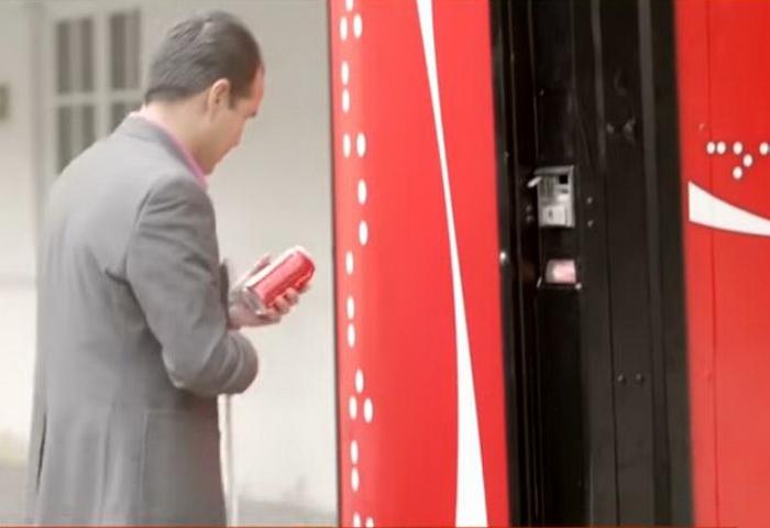 Шрифт Брайля на банке Coca-Cola для слабовидящих.