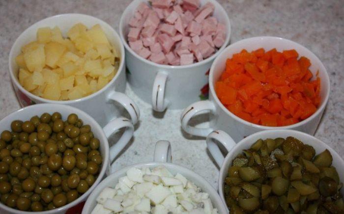 Подготовка ингредиентов для салата. | Фото: salat-olive.ru