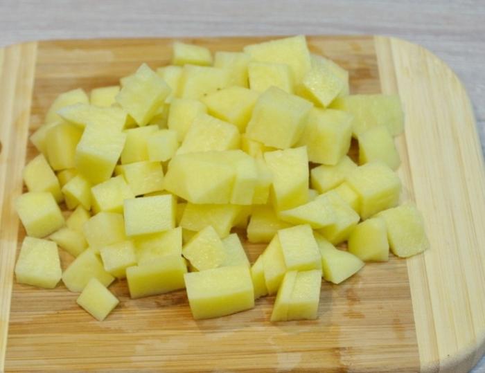 Картофель нужно порезать кубиками еще до варки. | Фото: povar.ru