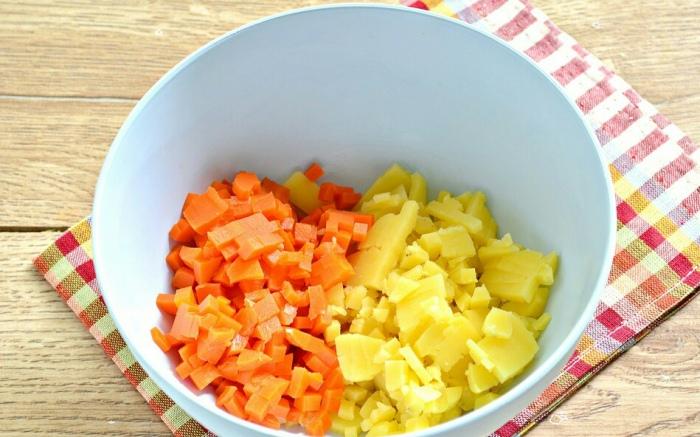Отварить морковь и картошку - самая долгая часть в приготовлении салата. | Фото: povareshkino.ru