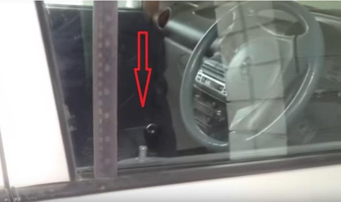 Линейка между стеклом и уплотнителем.