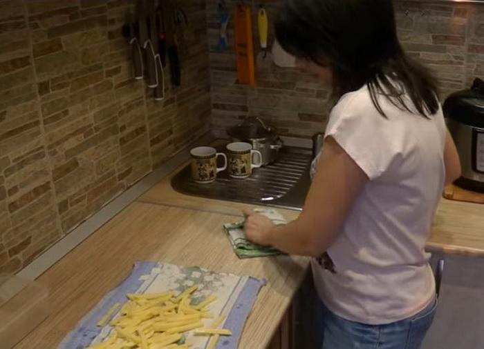 Картофель нужно просушить полотенцем, а после - заморозить.
