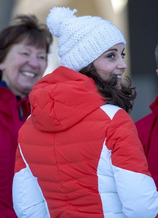 Кейт Миддлтон в красном спортивном пуховике.