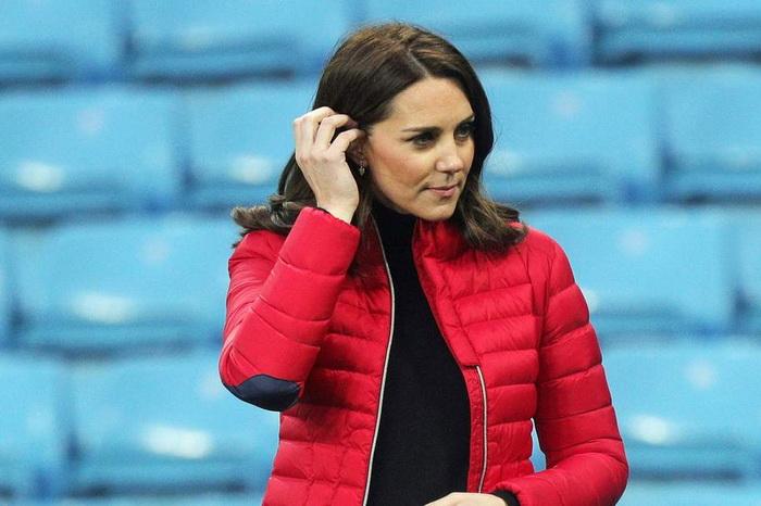 Кейт Миддлтон в спортивной куртке.