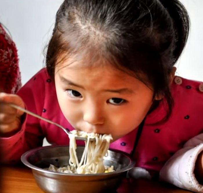 Большая часть населения Северной Кореи питается очень скудно.