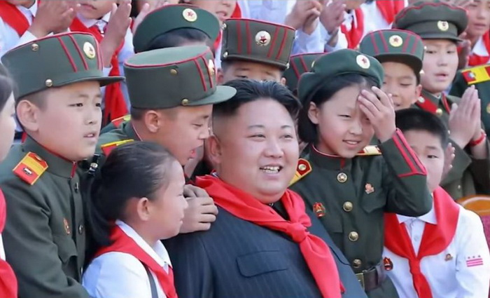 Ким Чен Ын в окружении молодежи.