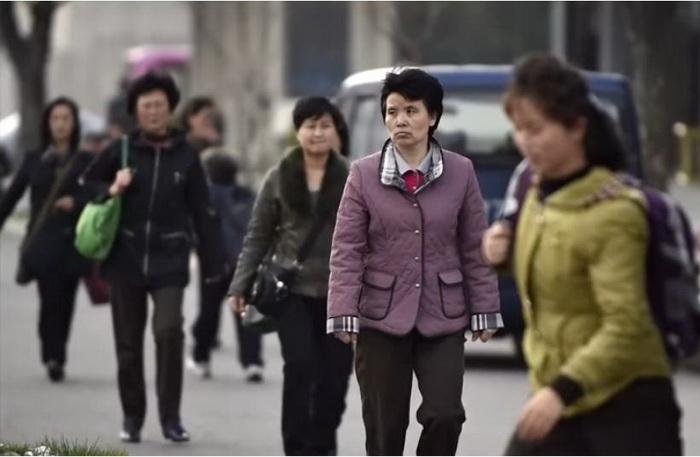 Люди на улицах в Северной Корее выглядят, словно серая масса.