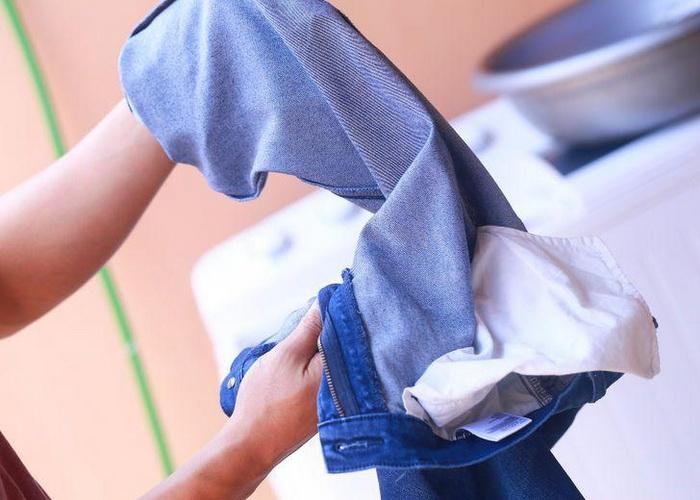 Если джинсы красятся, их нужно правильно постирать.