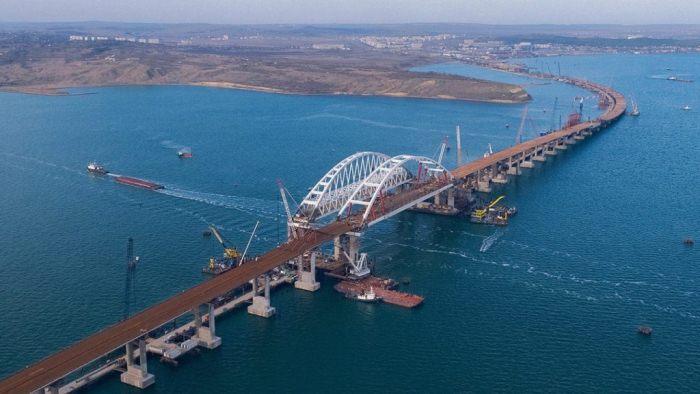 Крымский мост соединил полуостров и материк.