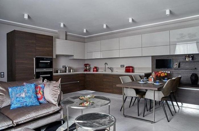 Кухня с современной мебелью без ручек.