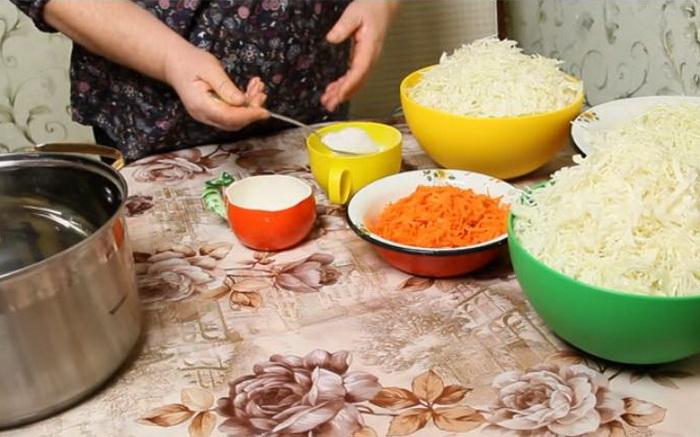 На 1 кг капусты - 20 гр поваренной соли.