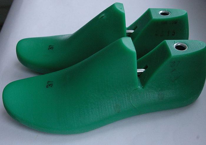 Пластмассовые колодки для сушки обуви.