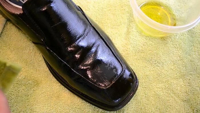 Оливковое масло вернет обуви блеск и лоск.